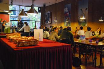 Stayokay Amsterdam Stadsdoelen : Stayokay Amsterdam Stadsdoelen dining area
