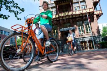Stayokay Amsterdam Vondelpark : Stayokay Amsterdam Vondelpark entrance cyclist