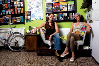 Budapest - Aventura Boutique Hostel : Two females sitting on the sofa at Aventura Boutique Hostel