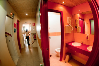 Barcelona - Be Hostels Sound : Be hostels sound toilet and sink