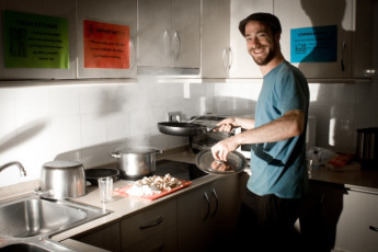 Barcelona - Be Hostels Sound : Guest cooking in the kitchen at Be hostels sound