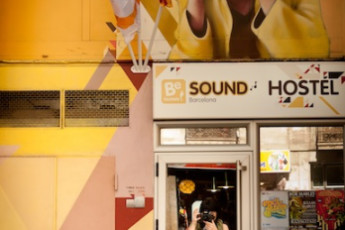 Barcelona - Be Hostels Sound : Guest with camera at Be hostels sound