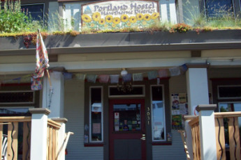 HI - Portland Hawthorne Hostel : Front entrance of HI Portland Hawthorne District