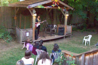 HI - Portland Hawthorne Hostel : Music performance in garden at HI Portland Hawthorne District