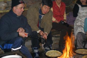 Raudanjoki - Hostel Visatupa : Hostel Visatupa guests cooking from a campfire