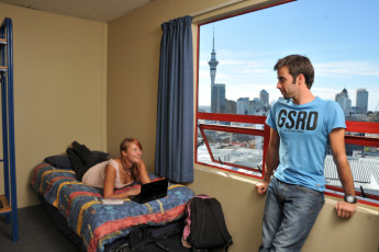 YHA Auckland City : Auckland City YHA dorm with people