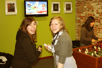 HI - Philadelphia - Apple Hostel : People playing with wii at Apple Hostels of Philadelphia