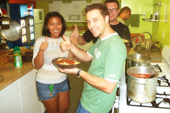 HI - Philadelphia - Apple Hostel : Guests making food together in kitchen at Apple Hostels of Philadelphia