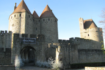 Auberge de jeunesse Hi Carcassonne : Carcassonne Cite Medievale walls, within which the hostel is located