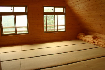 New Life Spring Resort - Hualien : New Life Spring Resort - Hualien, hostel interior, dorm room in the loft, soft padded floor for sleeping on with blankets folded in the corner