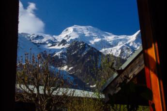 Auberge de jeunesse Hi Chamonix Mont-Blanc : La montaña de Chamonix Mont Blanc hostal ventana