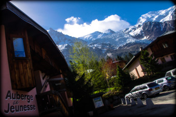 Chamonix Mont-Blanc : Outside Chamonix Mont Blanc Hostel with a view of the hostel and entrance and tea mountain