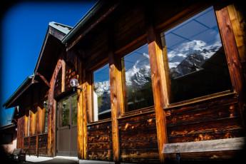 Auberge de jeunesse Hi Chamonix Mont-Blanc : Chamonix Mont Blanc Hostel back entrance