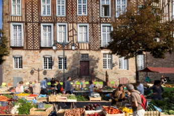 Auberge de jeunesse Hi Rennes : Rennes market stalls selling fruit and vegetables