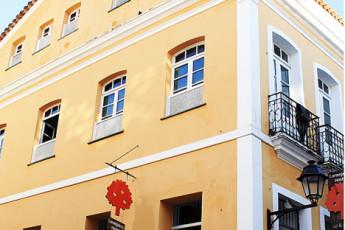 Salvador - Laranjeiras Hostel : zona de comedor exterior colorido en el hostal