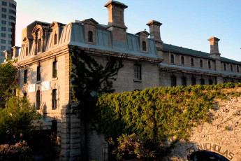 HI - Ottawa Jail : Hostel jail building exterior