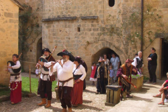 Cadouin : Outside Cadouin hostel during a medieval style festival