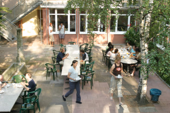 Frankfurt - Haus der Jugend : Haus der Jugend guests on the patio having a meal