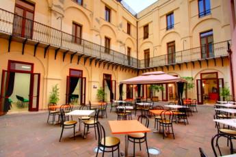 Cagliari - Hostel Marina : Hostel Marina patio dining area