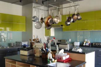HI - San Diego - Downtown : Kitchen at San Diego Downtown Hostel