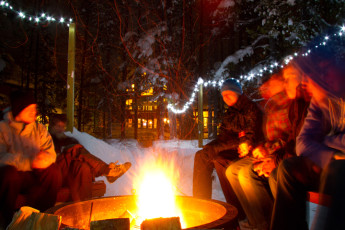 HI - Lake Louise Alpine Centre : Guests having a campfire in the snow on hostel grounds