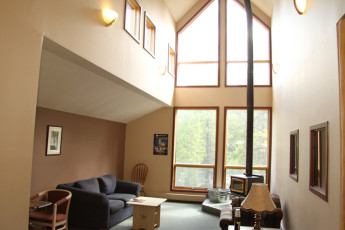 HI - Lake Louise Alpine Centre : Common lounge area in the hostel