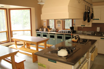 HI - Lake Louise Alpine Centre : Shared kitchen and dining in the hostel