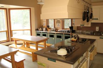 HI - Lake Louise Alpine Centre : salón y zona de ocio con piscina y ajedrez
