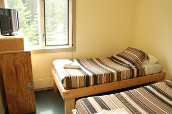 HI - Lake Louise Alpine Centre : A private room in the hostel with two single beds