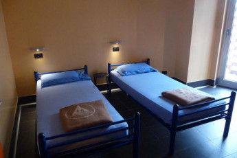 Milano (Milan) - Piero Rotta : Twin room with blue covers in Piero Rotta Youth Hostel bathroom, Milan