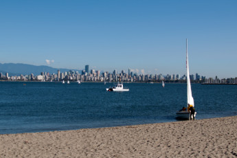 HI - Vancouver Jericho Beach : Beach and sea nearby the hostel