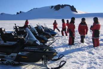 Vagnsstaðir : Hostel guests on snowmobile tour