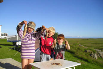 Vagnsstaðir : Children holding their fish catch