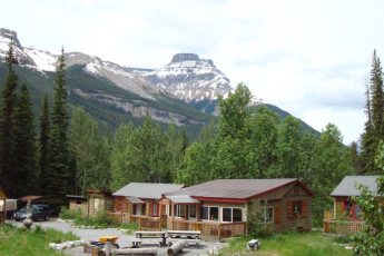 HI - Rampart Creek Wilderness Hostel : HI - Rampart Creek Wilderness hostal edificio en las montañas