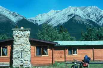 HI - Kananaskis : HI - Kananaskis building and mountains