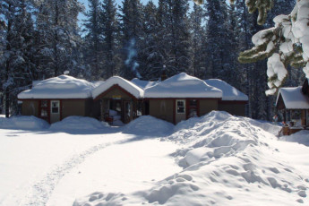 HI - Castle Mountain Wilderness Hostel : HI - Castle Mountain Wilderness Hostel building in the snow