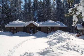 HI - Castle Mountain Wilderness Hostel : HI - Castle Mountain Wilderness Hostel building in the snow
