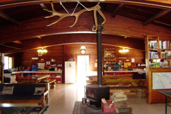 HI - Athabasca Falls Wilderness Hostel : HI - Athabasca Falls Wilderness Hostel kitchen and common area