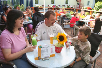 Trier : Family at Trier Hostel on outside terrace