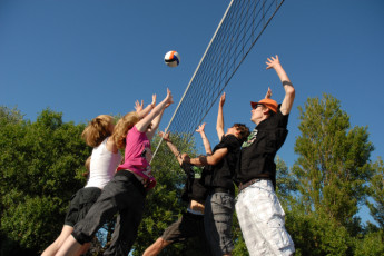 Borkum : Borkum Hostel guests play volleyball