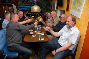 Borkum : Guests in Borkum Hostel bar