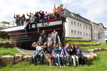 Petershagen : Petershagen Hostel guests outside the hostel waving