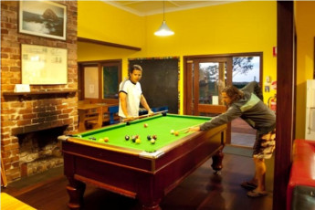 Dunsborough Beachhouse YHA : Dunsborough Beachhouse YHA pool table