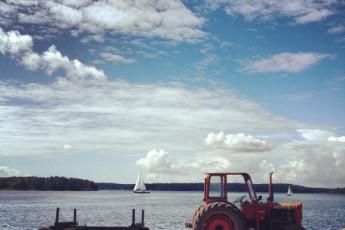 Stockholm-Gällnö : Stockholm Gallno lake and tractor and sail boat