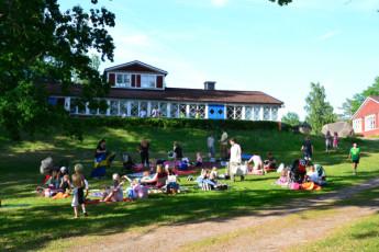 Rimforsa/Kalvudden : Rimforsa Kalvudden families out front