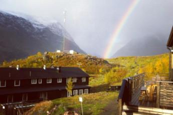 Kebnekaise Mountain Station : Kebnekaise Mountain Lodge hostel in Lappland Sweden outside rainbow