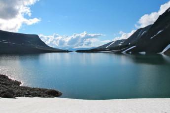 Kebnekaise Mountain Station : Kebnekaise Mountain Lodge hostel in Lappland Sweden outside lake