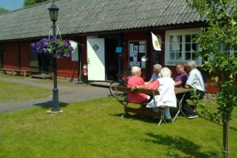Långasjö : Langasjo hostel in sweden outside having picnic