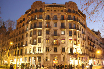 Barcelona - Equity Point Centric : Barcelona - Equity Point Centric hostel building at night