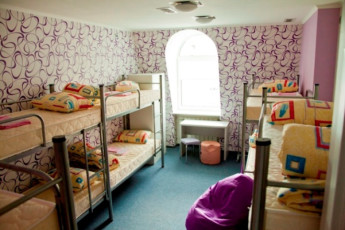 Kiev - ZigZag Hostel : Dorm room with purple walls in Kiev - ZigZag Hostel